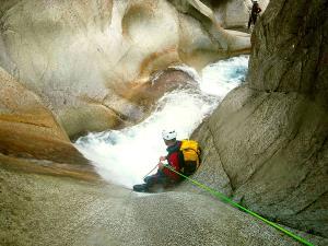 Sussoueou-Barranquismo-Valle-de-Tena-Valle-de-Ossau-Descenso-de-cañones-barranquismo-valle-de-hecho-guías-de-montaña-y-barrancos-Mountain-and-canyon-guides-canyoning-Lurra-adventure-15