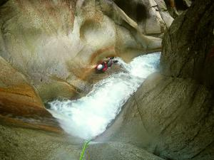 Sussoueou-Barranquismo-Valle-de-Tena-Valle-de-Ossau-Descenso-de-cañones-barranquismo-valle-de-hecho-guías-de-montaña-y-barrancos-Mountain-and-canyon-guides-canyoning-Lurra-adventure-16