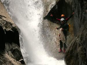 Sussoueou-Barranquismo-Valle-de-Tena-Valle-de-Ossau-Descenso-de-cañones-barranquismo-valle-de-hecho-guías-de-montaña-y-barrancos-Mountain-and-canyon-guides-canyoning-Lurra-adventure-19