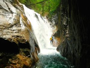 Sussoueou-Barranquismo-Valle-de-Tena-Valle-de-Ossau-Descenso-de-cañones-barranquismo-valle-de-hecho-guías-de-montaña-y-barrancos-Mountain-and-canyon-guides-canyoning-Lurra-adventure-2