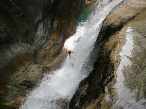 Sussoueou-Barranquismo-Valle-de-Tena-Valle-de-Ossau-Descenso-de-cañones-barranquismo-valle-de-hecho-guías-de-montaña-y-barrancos-Mountain-and-canyon-guides-canyoning-Lurra-adventure-20