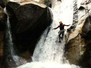Sussoueou-Barranquismo-Valle-de-Tena-Valle-de-Ossau-Descenso-de-cañones-barranquismo-valle-de-hecho-guías-de-montaña-y-barrancos-Mountain-and-canyon-guides-canyoning-Lurra-adventure-22