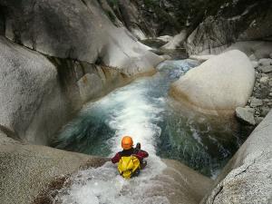 Sussoueou-Barranquismo-Valle-de-Tena-Valle-de-Ossau-Descenso-de-cañones-barranquismo-valle-de-hecho-guías-de-montaña-y-barrancos-Mountain-and-canyon-guides-canyoning-Lurra-adventure-24