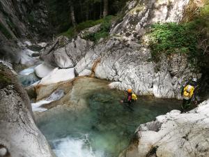Sussoueou-Barranquismo-Valle-de-Tena-Valle-de-Ossau-Descenso-de-cañones-barranquismo-valle-de-hecho-guías-de-montaña-y-barrancos-Mountain-and-canyon-guides-canyoning-Lurra-adventure-25