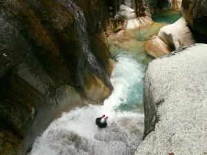 Sussoueou-Barranquismo-Valle-de-Tena-Valle-de-Ossau-Descenso-de-cañones-barranquismo-valle-de-hecho-guías-de-montaña-y-barrancos-Mountain-and-canyon-guides-canyoning-Lurra-adventure-27