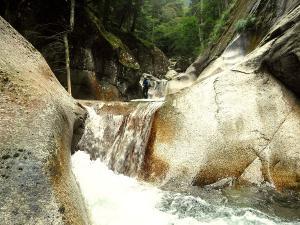 Sussoueou-Barranquismo-Valle-de-Tena-Valle-de-Ossau-Descenso-de-cañones-barranquismo-valle-de-hecho-guías-de-montaña-y-barrancos-Mountain-and-canyon-guides-canyoning-Lurra-adventure-6