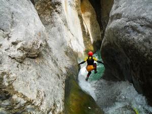 Descenso-de-cañones-barranquismo-valle-de-echo-pirineos-deportes-de-aventura-estribiella-Guías-de-barrancos-Arroila-Gidariak-Canyoning-Guides