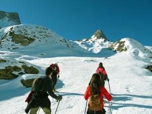 Raquetas-de-nieve-Elur-erraketak-Snowshoeing-Pais-Vasco-Euskadi-Navarra-Pirineos-Basque-Country-aventura-2